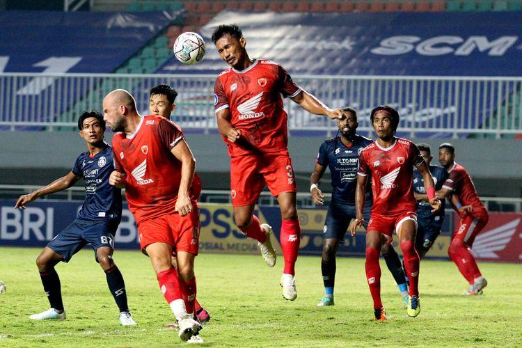 Pemain PSM Makassar Zulkifli Syukur saat melawan Arema FC pada pekan 1 Liga 1 2021-2022 yang berakhir dengan skor 1-1 di Stadion Pakansari Bogor, Minggu (5/9/2021) malam.