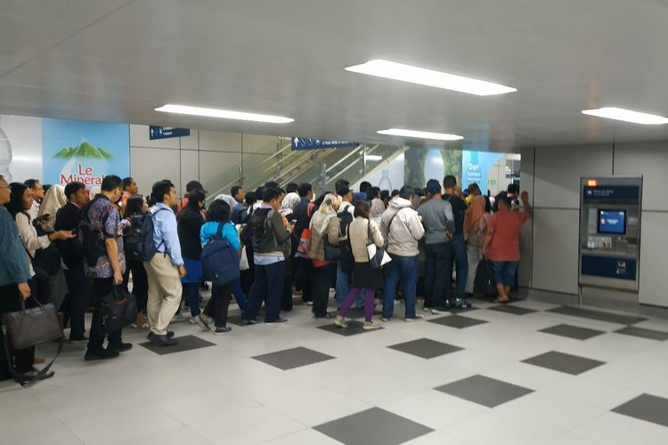 Penumpang MRT mengantre keluar di gerbang pembayaran Stasiun MRT Lebak Bulus, Jakarta Selatan pada Senin (1/4/2019).