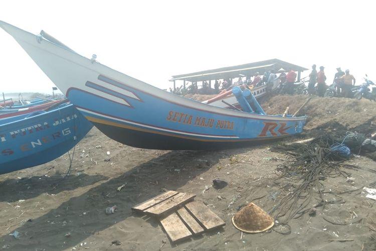 Perahu yang terhantam ombak telah dievakuasi di Pantai Lengkong, Kabupaten Cilacap, Jawa Tengah, Senin (16/9/2019).