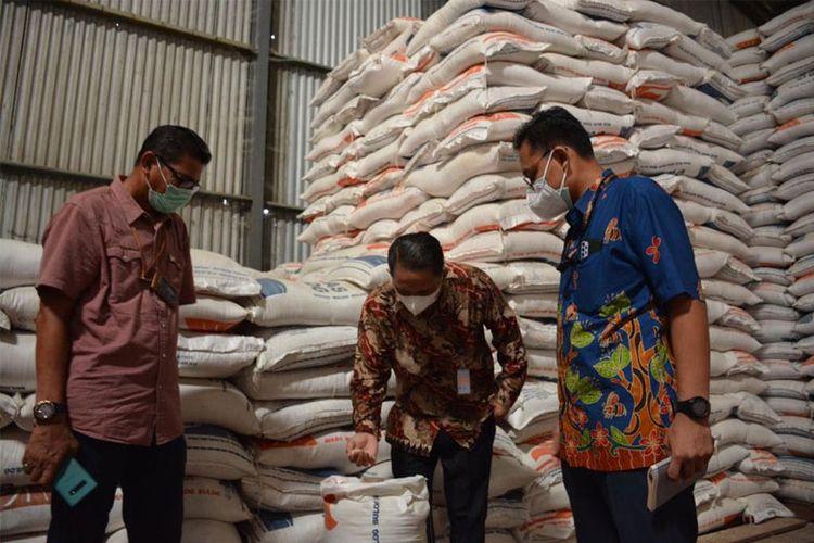 Tim dari Kantor Staf Kepresidenan (KSP) mengunjungi gudang Bulog untuk memastikan ketersediaan dan kualitas beras bantuan PPKM, Rabu (18/8/2021).