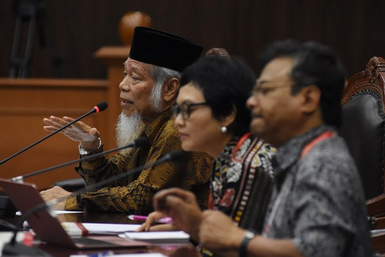 Saksi ahli yang merupakan mantan penasihat KPK Abdullah Hehamahua (kiri), Pakar hukum tata negara Universitas Padjajaran Susi Dwi Harijanti (tengah), dan Pengajar Sekolah Tinggi Filsafat Driyarkara B. Herry Priyono (kanan) menyampaikan pandangannya pada sidang uji formil atas Undang-Undang Nomor 19 Tahun 2019 tentang Perubahan Kedua Undang-Undang Nomor 30 Tahun 2002 tentang Komisi Pemberantasan Tindak Pidana Korupsi di Gedung Mahkamah Konstitusi, Jakarta, Rabu (4/3/2020). Sidang dengan pemohon lima orang mantan pimpinan KPK dan sembilan orang tokoh antikorupsi itu beragenda mendengarkan keterangan tiga saksi dari pemohon yakni pakar hukum tata negara Universitas Padjajaran Susi Dwi Harijanti, pengajar Sekolah Tinggi Filsafat Driyarkara B. Herry Priyono, mantan penasihat KPK Abdullah Hehamahua. ANTARA FOTO/Indrianto Eko Suwarso/hp.