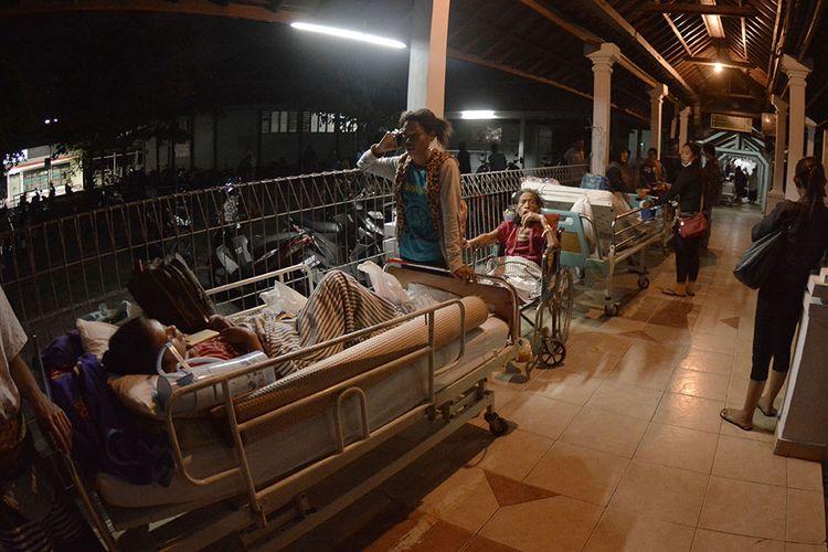Sejumlah pasien berada di lorong rumah sakit usai terjadi gempa di RSUP Sanglah, Denpasar, Bali, Minggu (19/8/2018). Sejumlah pasien di rumah sakit tersebut dipindahkan ke tenda dan lorong rumah sakit pascagempa bermagnitudo 7 yang berpusat di Lombok Timur pada Minggu malam.