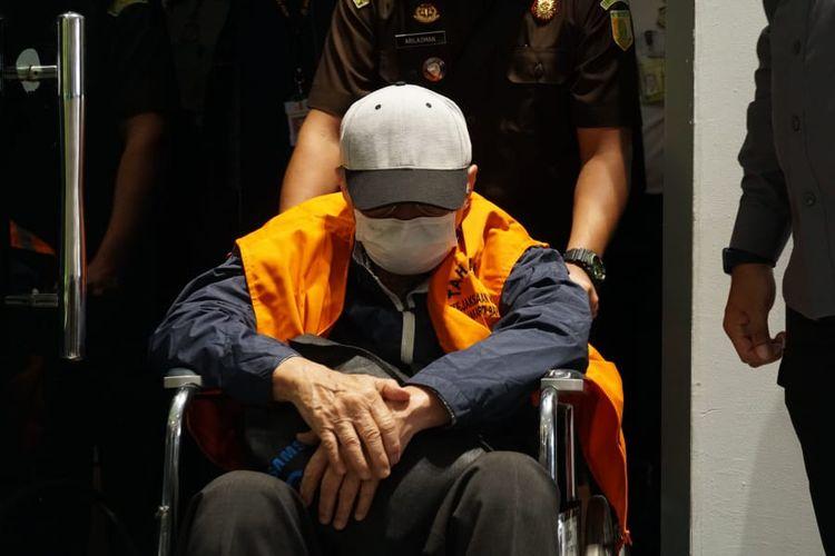 Petugas Kejaksaan membantu mendorong kursi roda buron, Hendra Subrata, saat tiba di tanah air setelah dideportasi dari Singapura pada Sabtu (26/6/2021).