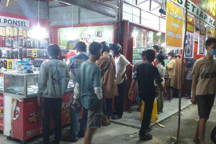 Warga memadati konter handphone untuk membeli kartu paket jaringan lain di Jalan HR Soebrantas, Kecamatan Tampan, Kota Pekanbaru, Riau, pasca jaringan telkomsel lumpuh total akibat gedung Telkom terbakar, Selasa (11/8/2020).