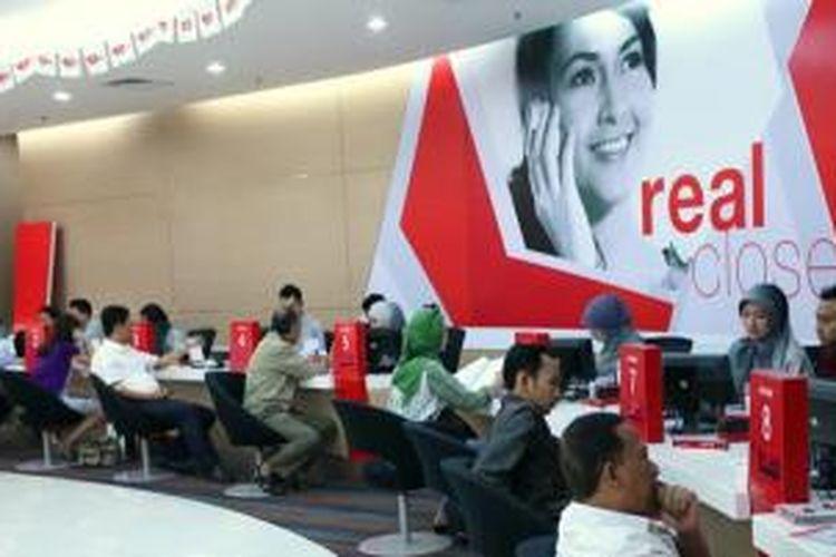 Suasana di pusat layanan pelanggan, GraPari Telkomsel.