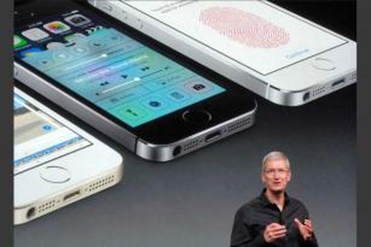 Apple Chief Executive, Tim Cook memperlihatkan iPhone 5S sebagai model yang paling halus, dalam perkenalan di Cupertino, California, 10 September 2013.