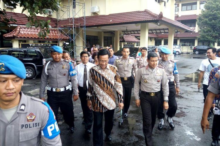 Kapolda DIY, Brigadir Jenderal Ahmad Dofiri saat menemani Gubernur DIY Sri Sultan HB X berjalan menuju SPKT