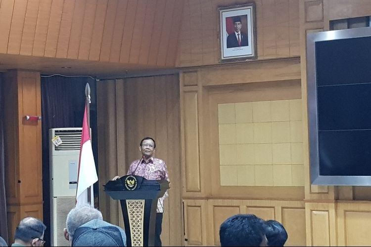 Menko Polhukam Mahfud MD saat memberi arahan kepada 120 orang nelayan asal Pantura yang akan dikirim ke Natuna di Kantor Kemenko Polhukam, Medan Merdeka Barat, Jakarta Pusat, Senin (6/1/2019).