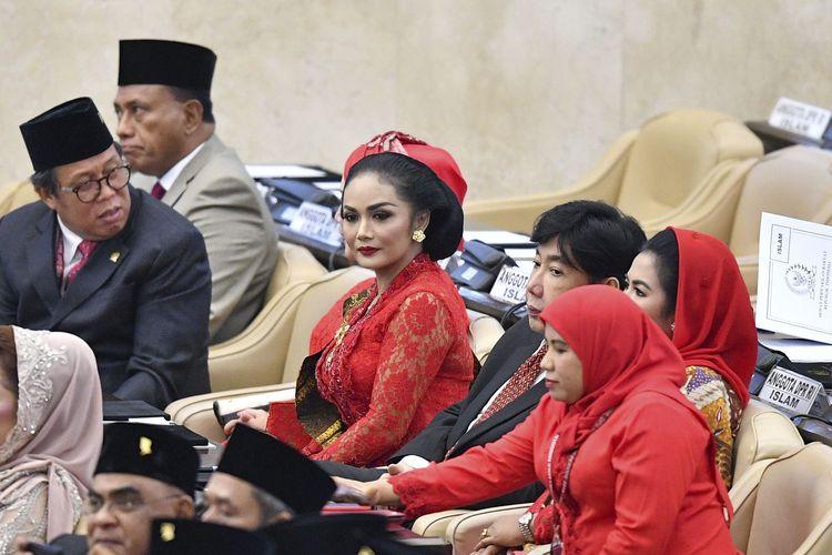 Penyanyi Krisdayanti (tengah) mengikuti  pelantikan anggota Dewan Perwakilan Rakyat (DPR) periode 2019-2024 di Ruang Rapat Paripurna, Kompleks Parlemen, Senayan, Jakarta, Selasa, (1/10/2019). Sebanyak 575 anggota DPR terpilih dan 136 orang anggota DPD terpilih diambil sumpahnya pada pelantikan tersebut.  ANTARA FOTO/Nova Wahyudi/pd.