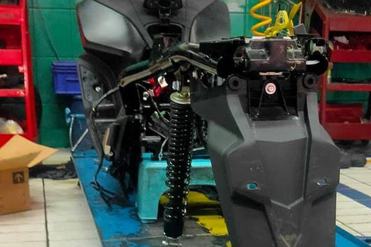 Honda PCX 160 yang bermasalah di bagian pistonnya sedang diperbaiki