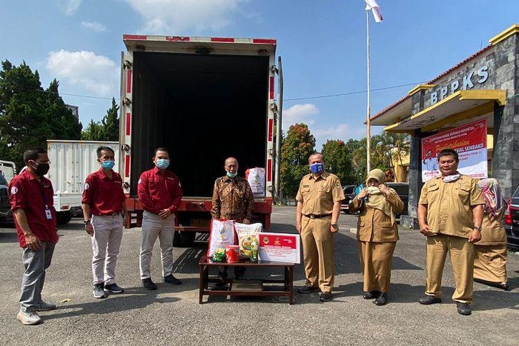 Penyerahan bantuan paket sembako kepada lansia, di Kantor Dinsos Jabar, Kota Cimahi, Selasa (30/6/2020).