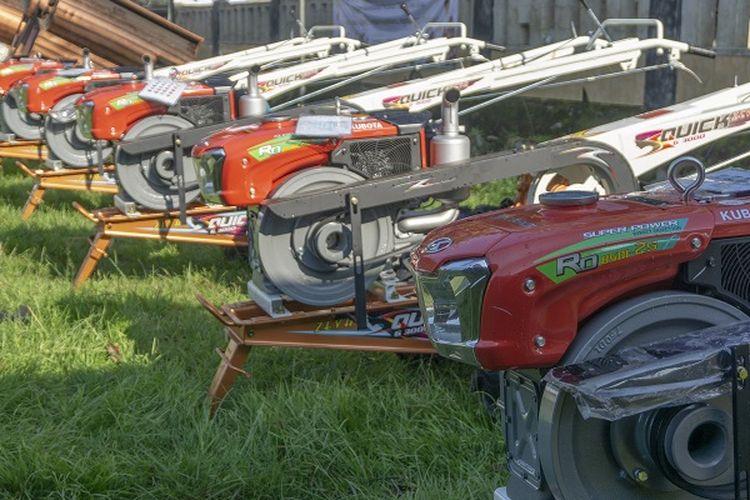 Direktorat Jenderal Prasarana dan Sarana (PSP) Kementerian Pertanian (Kementan) memberikan bantuan alsintan kepada petani di Kerawang. Bantuan alsintan yang diberikan berupa traktor roda dua sebanyak 24 unit, cultivator 5 unit, pompa air 5 unit dan hand sprayer 10 unit.