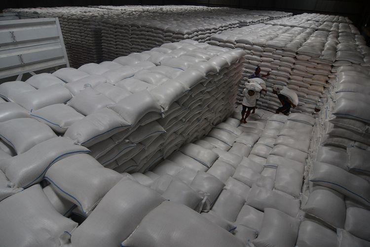 Sejumlah buruh panggul memikul beras hasil serapan dari petani di Gudang Bulog Lingga Jaya, Kota Tasikmalaya, Jawa Barat, Selasa (15/5/2018).