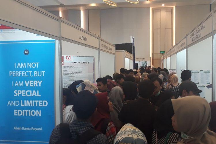 Tampak pencari pekerjaan (pencaker) penuhi Job Fair Nasional ke-19 tahun 2019 di Harris Convention Hall Summarecon Bekasi, Medan Satria, Kota Bekasi, Kamis (4/4/2019).