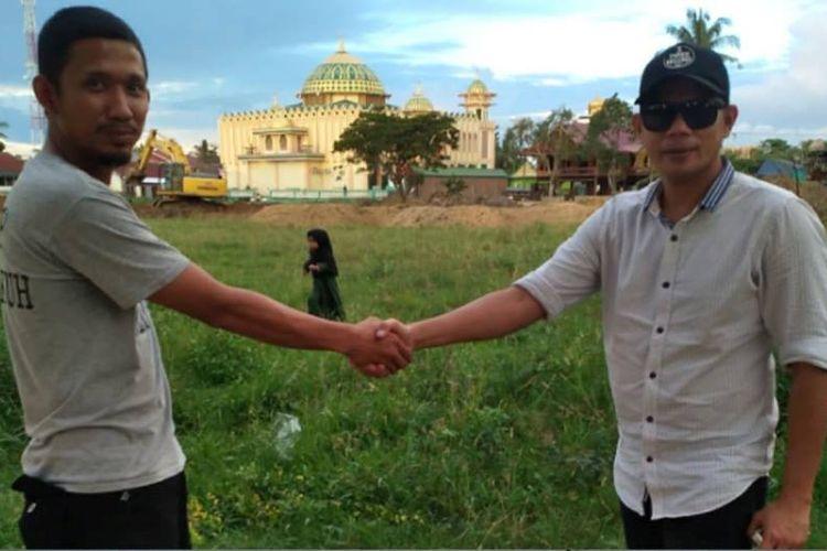 Foto dua pria dari Kabupaten Sidrap, Sulawesi Selatan, melakukan taruhan jelang Pemilu Presiden 2019 yang dihelat Rabu, 17 April 2019, viral di media sosial dan heboh diperbincangkan.