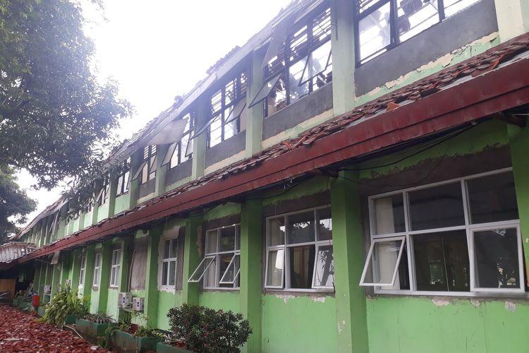 Bangunan kelas di SMKN 24 Jakarta, Cipayung, Jakarta Timur, roboh, Jumat (21/2/2020).
