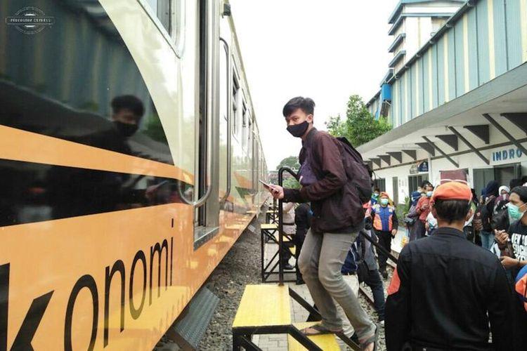 Salah seorang penumpang saat mencoba kereta api komuter yang melayani perjalanan Stasiun Indro Gresik sampai Stasiun Sidoarjo, Rabu (10/2/2021).