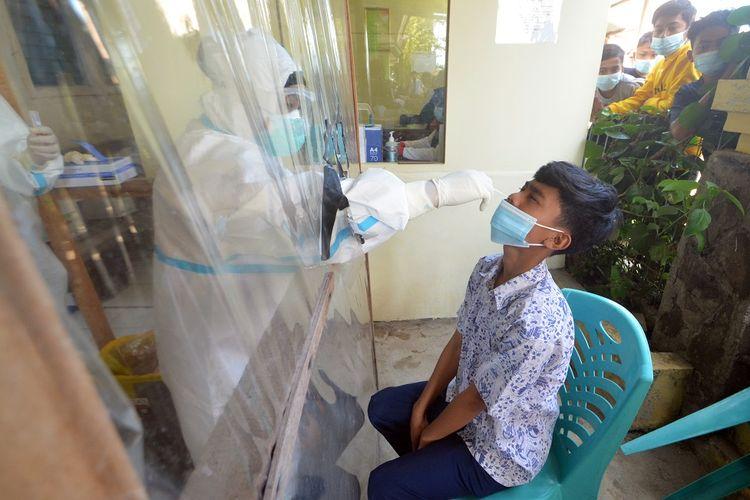 Seorang siswa SMPN 10 Padang mengikuti tes usap (swab test) PCR COVID-19 di Puskesmas Pasar Ambacang, Padang, Sumatera Barat, Rabu (17/2/2021). Sebanyak 814 siswa termasuk guru SMPN 10 Padang mengikuti tes usap massal setelah dua orang guru di sekolah tersebut terkonfirmasi positif COVID-19. ANTARA FOTO/Iggoy el Fitra/wsj.