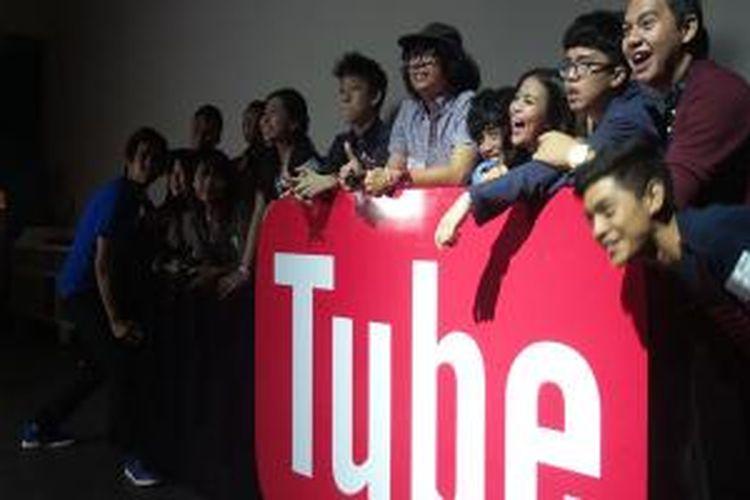 Para Youtuber berpose pada salah satu sudut di acara Youtube Happy Hour Jakarta, Jumat (26/12/2014).
