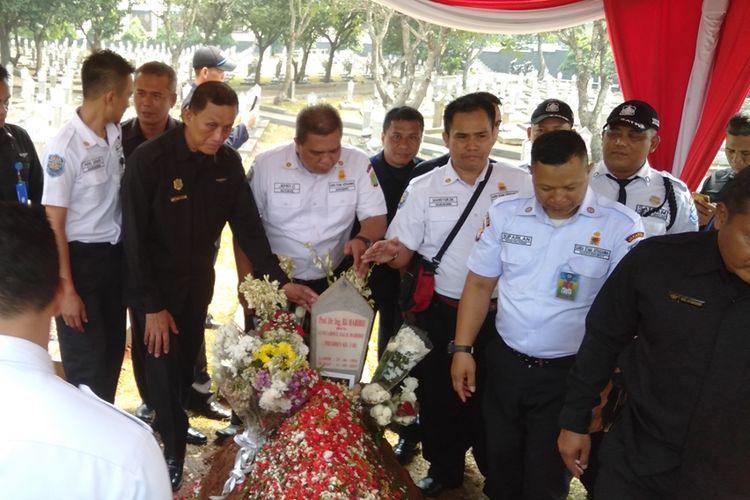 Puluhan sekuriti ziarah ke makam Habibie-Ainun di Taman Makam Pahlawan (TMP) Kalibata, Jakarta Selatan, Selasa (17/9/2019)