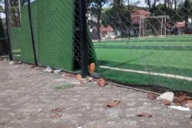 Beberapa lubang menganga di dinding kawat lapangan futsal Taman Persib