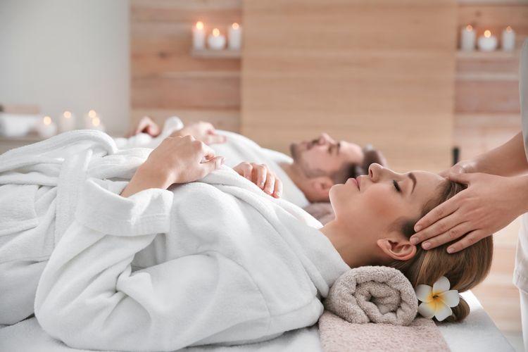 Ilustrasi pasangan sedang spa di hotel.