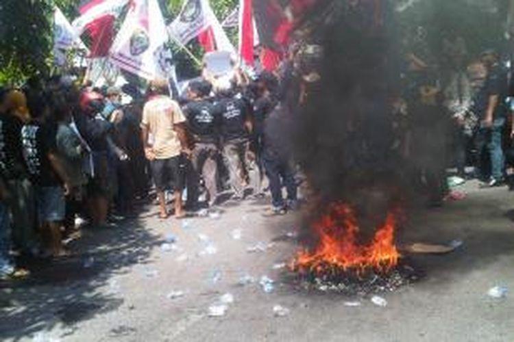 Pengunjuk rasa yang menolak penutupan lokalisasi pelacuran Dolly di Surabaya, membakar ban bekas, Senin (19/5/2014).