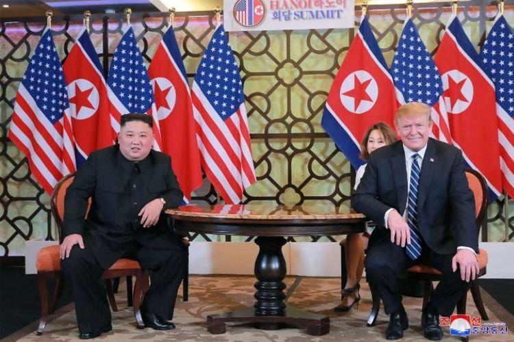 Pemimpin Korea Utara Kim Jong Un dan Presiden AS Donald Trump bertemu pada KTT Hanoi, Vietnam, Kamis (28/2/2019). (AFP/KCNA)