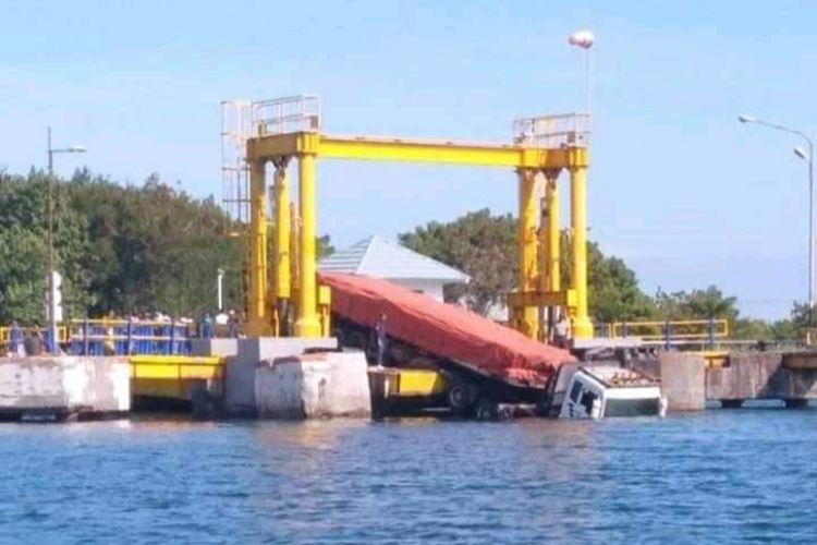 Kondisi truk nyusep di Pelabuhan Kayangan