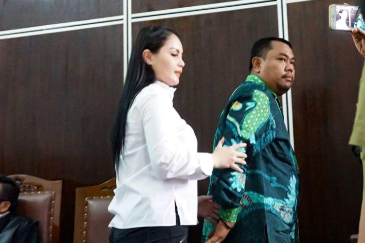 Jennifer Dunn tampak bertambah gemuk saat menjadi saksi dari terdakwa Ferly Salim alias FS di Pengadilan Negeri Jakarta Selatan, Kamis (19/4/2018).