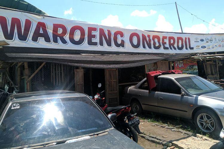 Salah satu tempat di wilayah Pasar Kliwon, Solo, Jawa Tengah (Jateng) yang menyediakan onderdil mobil tua dengan kodisi bagus dan asli.