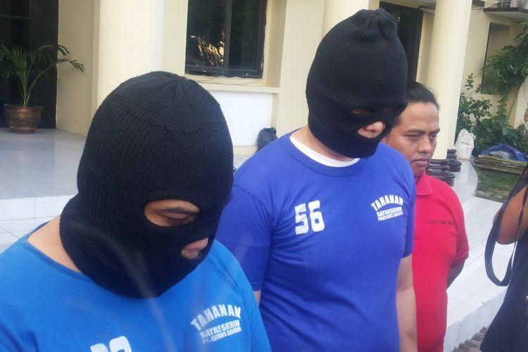 Dua tersangka pungli pengurusan paspor diamankan di Mapolrestabes Surabaya.