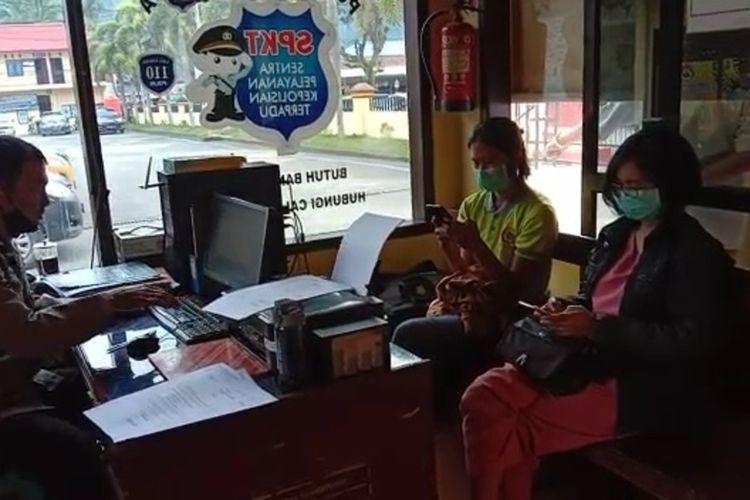 Mahardika Nani, seorang perawat di Rumah Sakit Umum Daerah (RSUD) Lakipadada, Tana Toraja, Sulawesi Selatan, diduga dianiaya oleh orang tua pasien, ia melaporkan kejadian dugaan penganiayaan di Mapolres Tana Toraja, Rabu (28/04/2021) kemarin