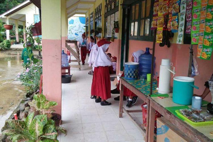Sejumlah siswa tak pakai masker saat sekolah hari pertama, Senin (13/7/2020) di Pesisir Selatan, Sumbar