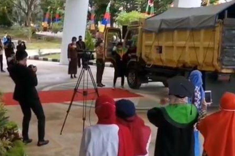 Tangkapan layar video saat Munif menggunakan truk menghadiri acara wisuda drive thru di Institut Agama Islam Negeri (IAIN) Samarinda, Kalimantan Timur, Rabu (31/3/2021).