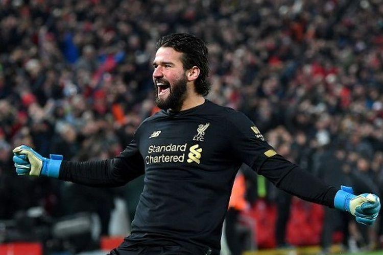 Alisson Becker merayakan kemenangan yang diraih Liverpool atas Manchester United dalam lanjutan laga pekan ke-23 Liga Inggris 2019-2020 yang digelar di Stadion Anfield, Senin (20/1/2020)