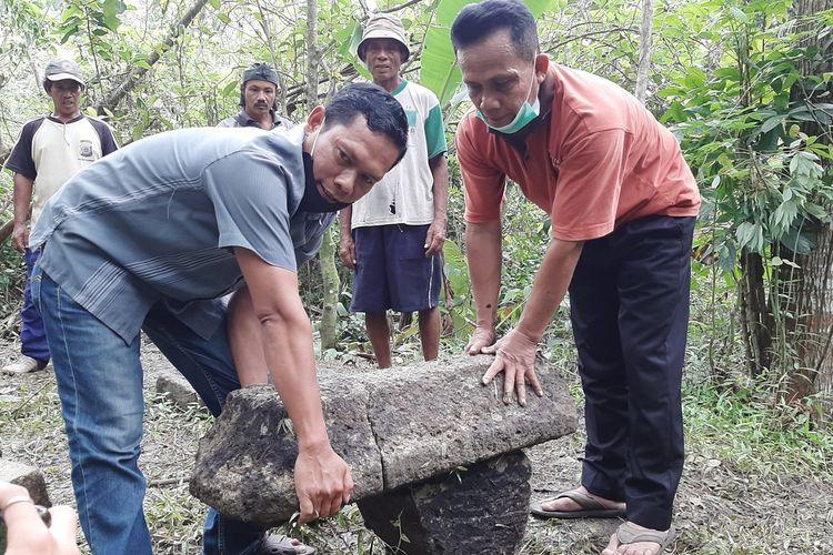 Ketua Pengelola Desa Wisata Pereng Sukarmin dan Dukuh Pereng Agus Nugroho saat menyatukan batu yang ditemukan. Batu-batu ini diduga dari bangunan masa lalu.