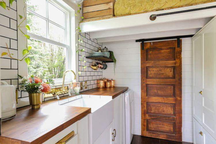 Dapur rumah super mungil yang terang oleh cahaya alami