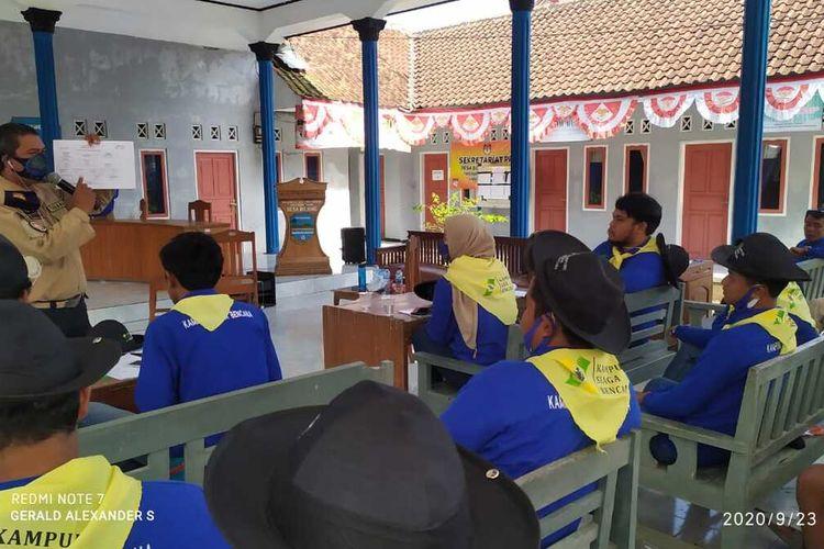 Anggota Tagana Pangandaran mengedukasi terkait kesiapsiagaan saat terjadi bencana kepada relawan di Kampung Siaga Bencana.