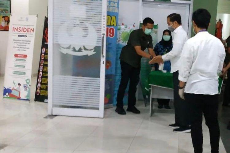 Presiden Joko Widodo saat tiba di RS Slamet Riyadi, Solo, Jawa Tengah untuk melayat jenazah ibunda yang meninggal dunia pada Rabu (25/3/2020).