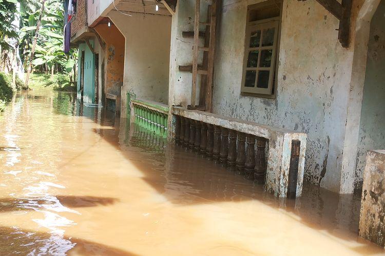 Banjir yang melanda permukiman warga di Jalan Kober, RW 02 Kelurahan Cawang, Kramatjati, Jakarta Timur, Rabu (8/3/2017). Banjir terjadi akibat meluapnya Kali Ciliwung setelah hujan deras yang mengguyur hulu Ciliwung pada Selasa petang hingga malam kemarin.