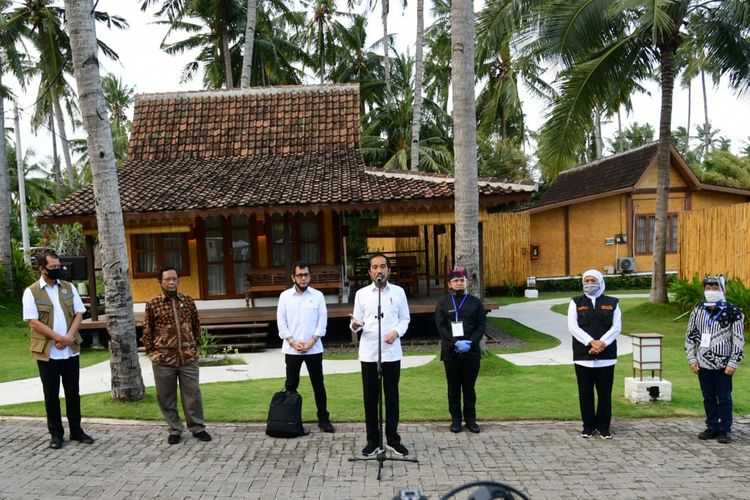 Presiden Joko Widodo mengunjungi Villa So Long dan Pantai So Long di Kabupaten Banyuwangi, Jawa Timur, Kamis (25/6/2020) dalam rangka meninjau persiapan prakondisi menuju adaptasi kebiasaan baru.
