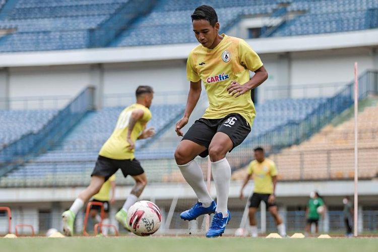 Pemain PS Sleman Misbakus Solikin saat berlatih pada lanjutan turnamen Piala Menpora 2021, Selasa (6/4/2021), di Bandung, Jawa Barat.