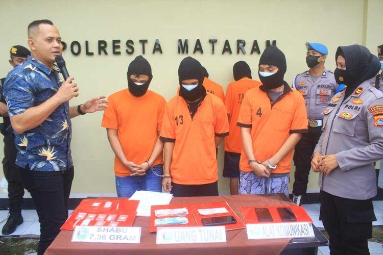 Sembunyikan sabu di gagang sapu dan stang motor, tiga bersaudara di Mataram diringkus Polisi.