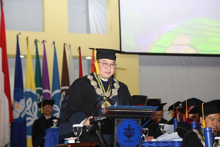 Rektor IPB University, Prof. Arif Satria dalam saat memberikan sambutan di acara wisuda pada Rabu (15/1) bertempat di Gedung Grha Widya Wisuda (GWW) Kampus IPB Dramaga Bogor.