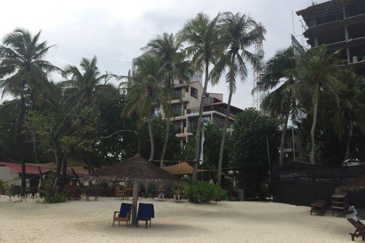 Pemandangan depan hotel Arena Beach di Pulau Maafushi, Maldives.