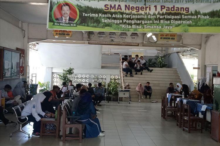 PPDB di Sumbar masih lancar tanpa antrian panjang di SMA 1 Padang,  Kamis (4/7/2019)
