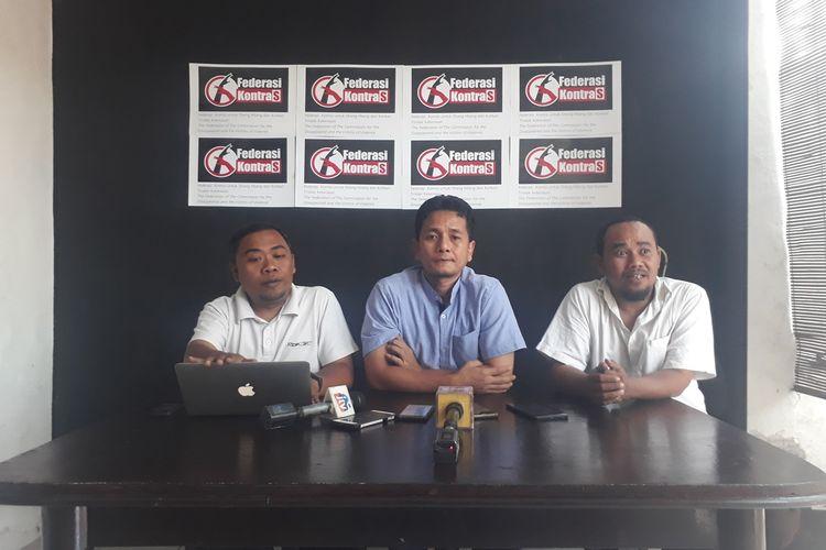 Sekjen Federasi KontraS Andy Irfan (tengah) saat menggelar jumpa pers di kantor KontraS Surabaya, menyikapi kasus pengepungan Asrama Mahasiswa Papua di Surabaya, Selasa (20/8/2019).
