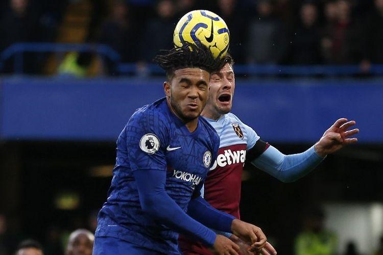 Reece James (biru) dan Aaron Cresswell berduel di udara pada pertandingan Chelsea vs West Ham United dalam lanjutan Liga Inggris di Stadion Stamford Bridge, 30 November 2019.
