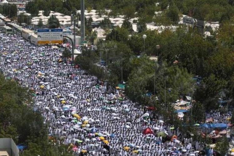 Ribuan umat Islam shalat berjamaah di Masjid Namira, Padang Arafah, dekat kota suci Mekah, Saudi Arabia, 23 September 2015. Umat Islam berkumpul di Padang Arafah pada puncak ibadah haji, tepatnya 9 Dzulhijjah pada penanggalan Islam.
